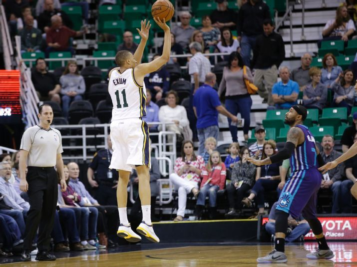 Dante Exum shoots one of the Jazz's record-breaking threes as Mo Williams looks on. (AP Photo/Rick Bowmer)