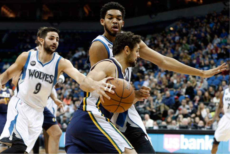Raul Neto handles the ball against the Timberwolves defense (AP Photo/Jim Mone).